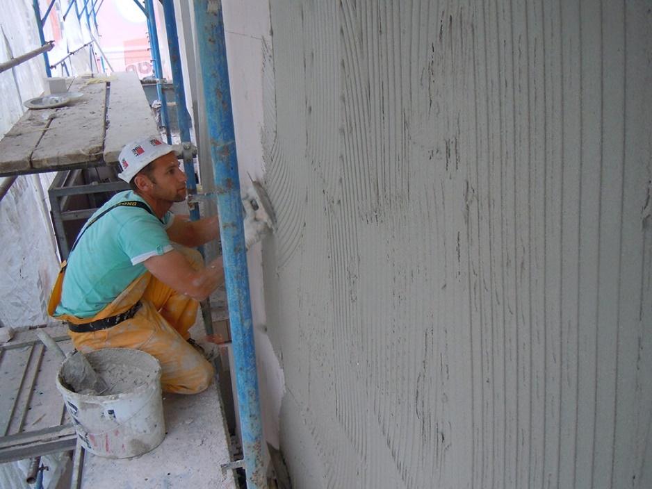 Foto 7: Izdelava armirnega sloja – nanašanje lepila