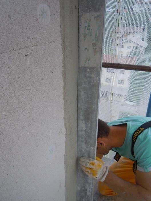 Foto 9: Kontrola ravnosti in vertikalnosti fasade
