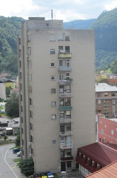 Foto 1: Stolpnica na Cesti zmage 7 v Zagorju ob Savi pred energijsko sanacijo fasade (foto: Stane Lasič)