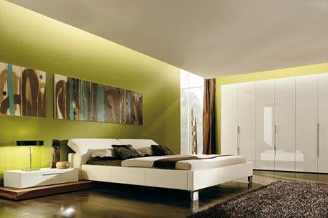 Minimalistično urejena spalnica z močnim barvnim poudarkom